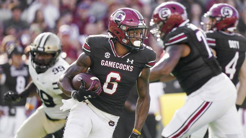 South Carolina wide receiver Josh Vann (6) runs with the ball during the first half of an NCAA...
